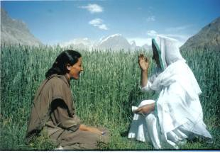 Hussn Bibi (right) interviewing the late Roshan Numa in Shimshal, Pakistan, 2000 (Mirza Zaman)